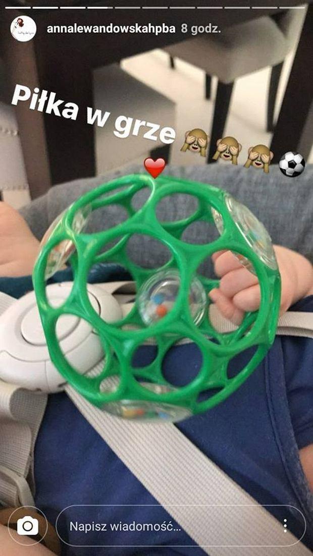 Klara Lewandowska bawi się grzechotką w kształcie piłki