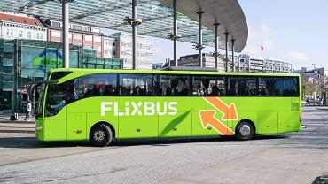 Autobus firmy Flixbus na dworcu w Hamburgu.