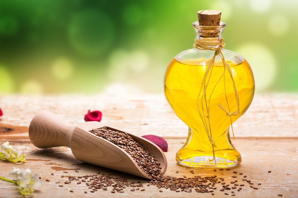 Olej lniany to bardzo cenny produkt zarówno dla urody, jak i dla zdrowia. Zdjęcie ilustracyjne