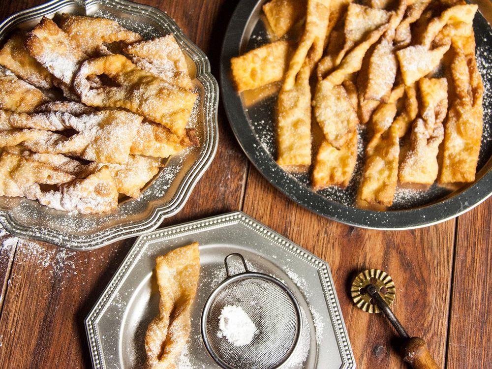 Faworki robione w tradycyjny sposób smaży się, ale by były lżejsze można je również upiec