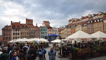 Turyści zwiedzają Stare Miasto w Warszawie.