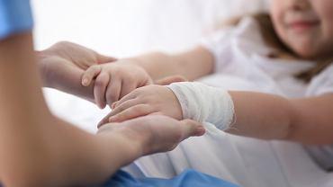 Co robić, aby pobyt dziecka w szpitalu był jak najmniej dotkliwy? Z pomocą przychodzą prawa pacjenta i opiekuna.