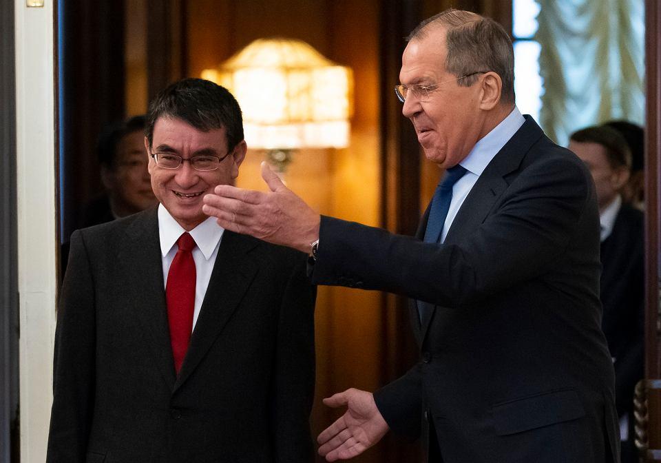 Szef rosyjskiego MSZ Siergiej Ławrow (z prawej) i jego japoński odpowiednik,  minister Taro Kono, podczas rozmów  w Moskwie, 14 stycznia 2019 r.