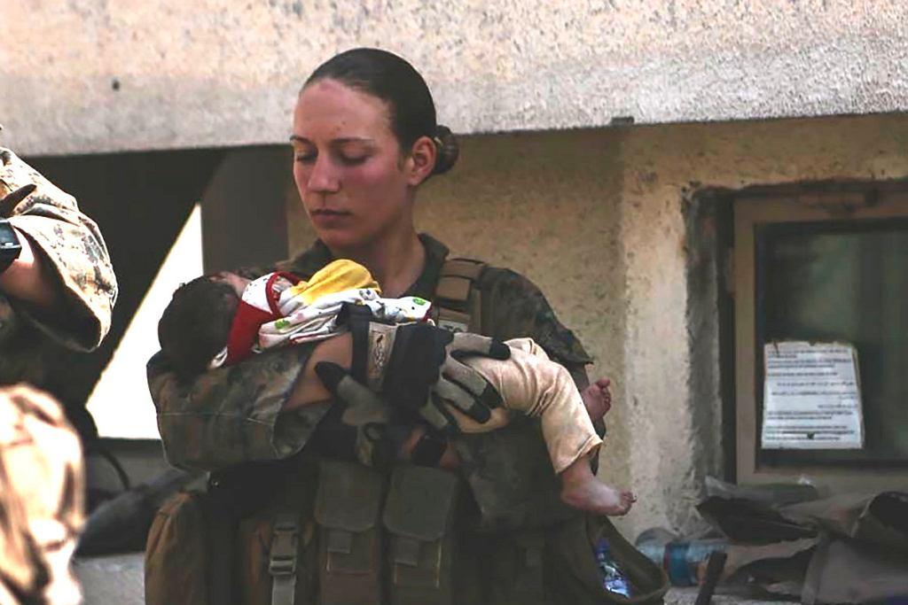 Sierżant Nicole Gee podczas ewakuacji na lotnisku w Kabulu z niemowlęciem na rękach