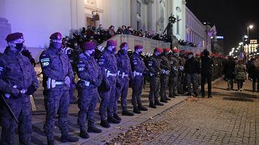 30.10.2020, Warszawa, żandarmeria wojskowa pilnuje kościoła św. Krzyża