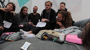 GStrajk glodowy pod Sejmem w gescie solidarnosci z uchodzcami na granicy