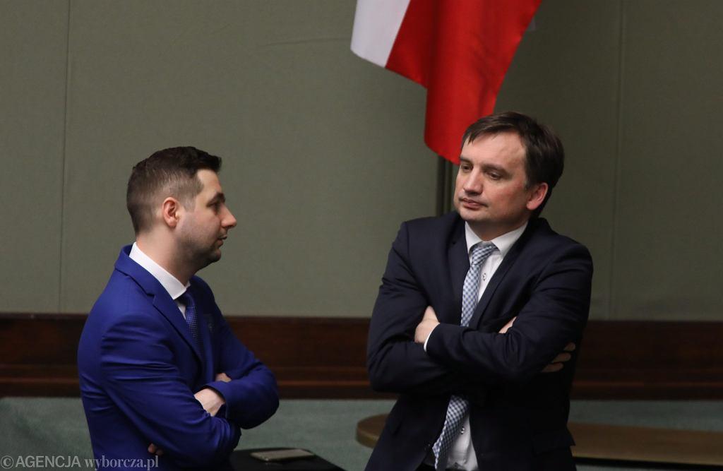 Wiceminister sprawiedliwości Patryk Jaki i minister sprawiedliwości Zbigniew Ziobro