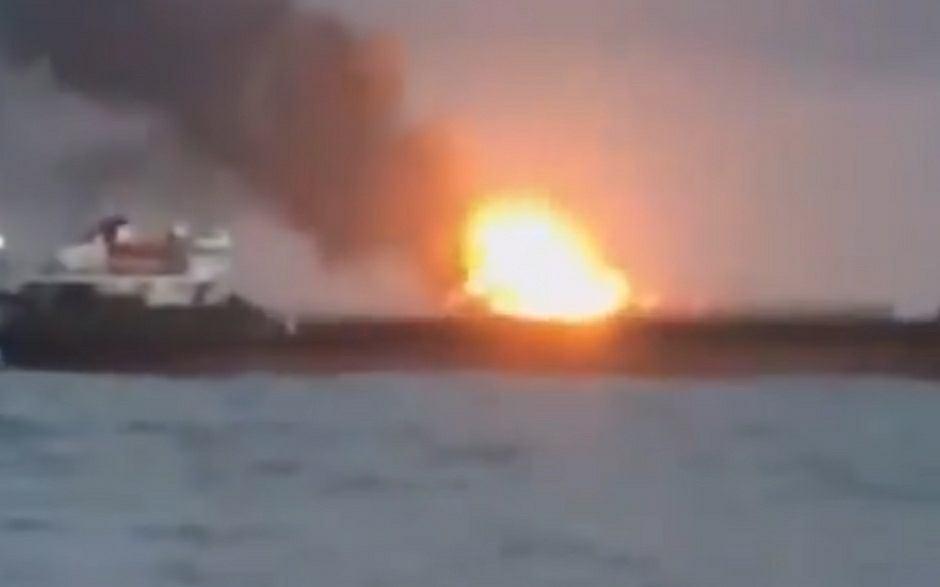 Pożar na statku w cieśninie Kerczeńskiej na morzu Azowskim