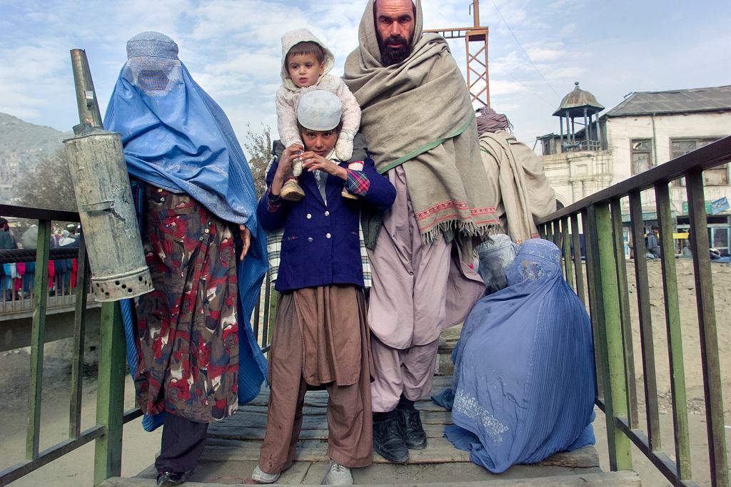 Rodzina na targowisku, Kabul, Afganistan, 12.2001