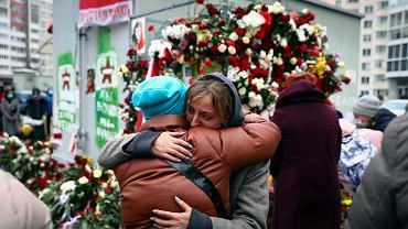 Białorusini opłakujący śmierć Ramana Bandarenki