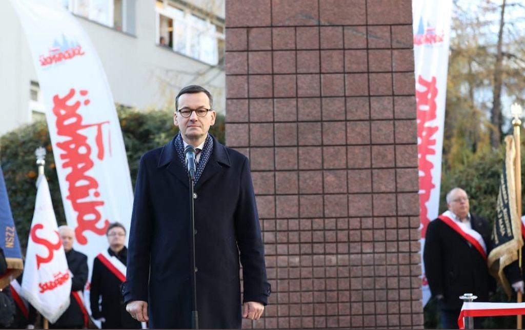 Mateusz Morawiecki podczas odsłonięcia tablicy pamiątkowej jego ojca