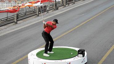 Tiger Woods uderza golfową piłkę z Europy do Azji