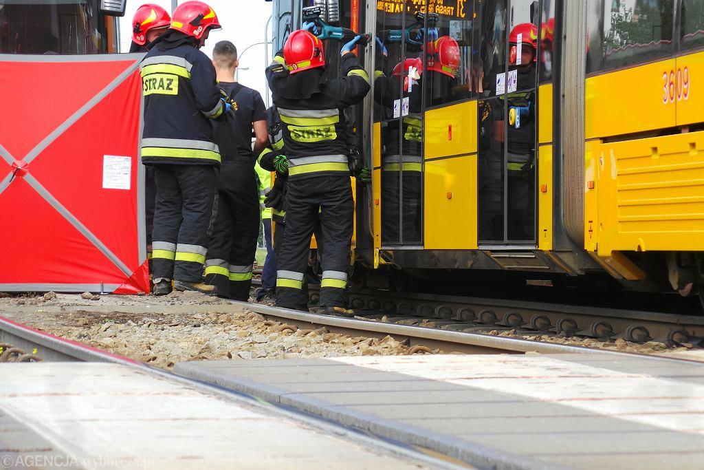 Śmiertelny wypadek przy Hali Mirowskiej. Mężczyzna wpadł pod tramwaj [zdjęcie ilustracyjne]