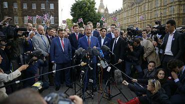 Piątek, Nigel Farage, jeden z ojców Brexitu, ogłasza zwycięstwo w parku College Green pod Westminsterem, siedzibą brytyjskiego parlamentu