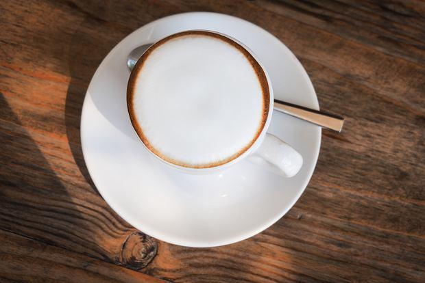 Wyjątkowy aromat, puszysta pianka, filiżanki do kawy. sprawdź, jak przygotować idealne cappuccino!