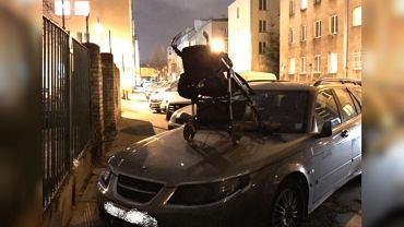 Mokotów. Wózek na nieprawidłowo zaparkowanym samochodzie