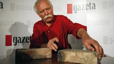 Janosch podpisujący cegły ze swojego familoka