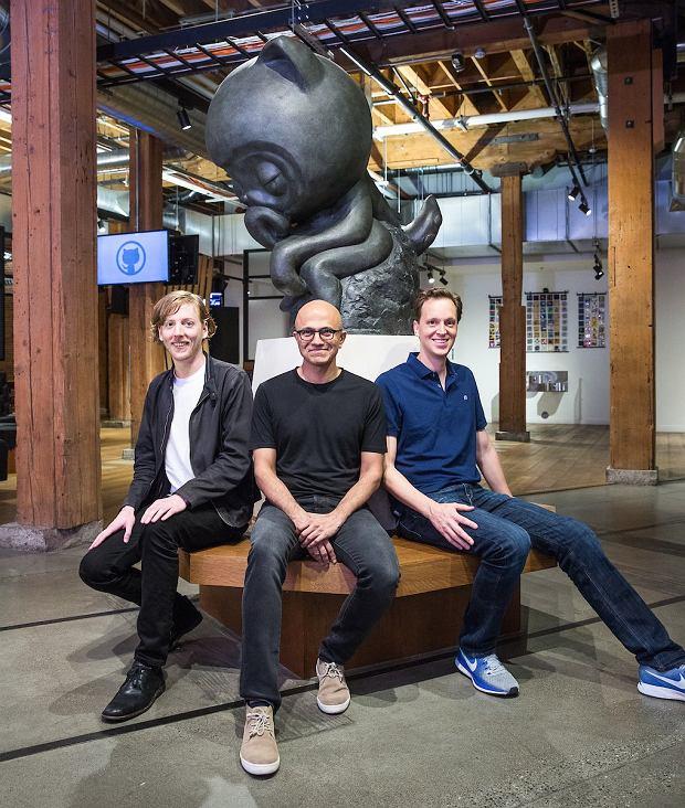 Z lewej Chris Wanstrath, w środku Satya Nadella, po prawej Nat Friedman