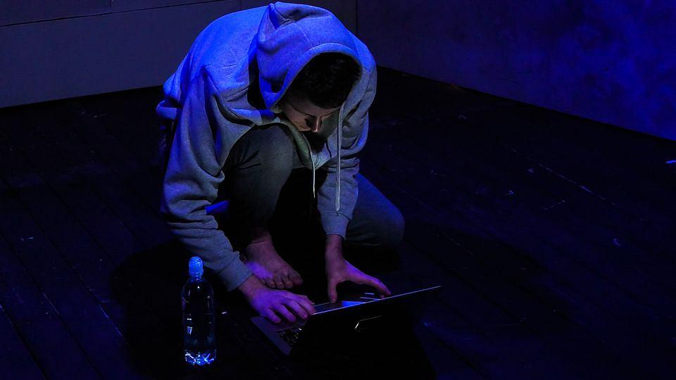 Zdjęcie numer 2 w galerii - Hubert izoluje się od świata. Hikikomori są wśród nas. Spektakl online