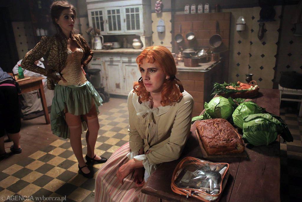 Zdjęcia do serialu o Eugeniuszu Bodo (w środku, w kobiecym przebraniu)