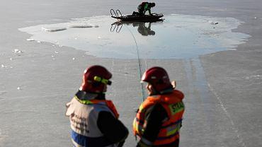 Zamarznięte jezioro (zdjęcie ilustracyjne)