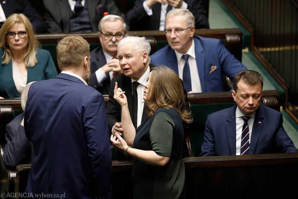 5 Posiedzenie Sejmu X Kadencji. Sprawozdawca debaty o TVP posłanka Joanna Lichocka ze środkowym palcem podczas bloku głosowań, Warszawa 13.02.2020