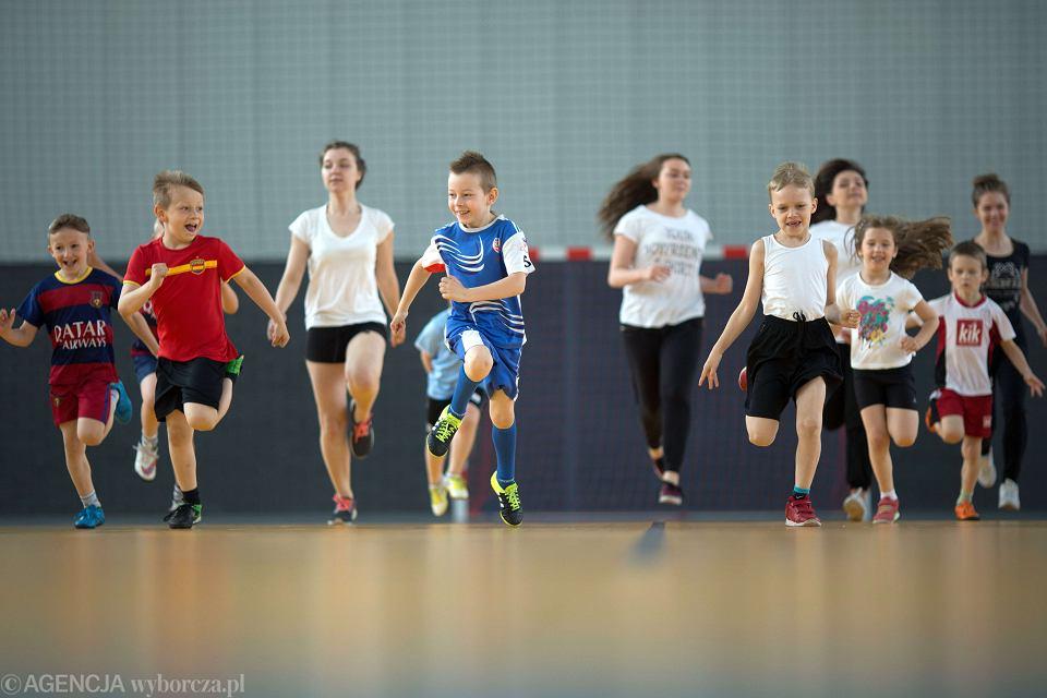 Dzieci i młodzież mają coraz gorsze wyniki na WF i kondycję. Nadwagę ma co piąte, inne - krzywy kręgosłup, płaskostopie