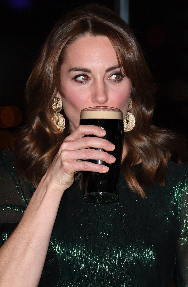 Księżna Kate pije piwo
