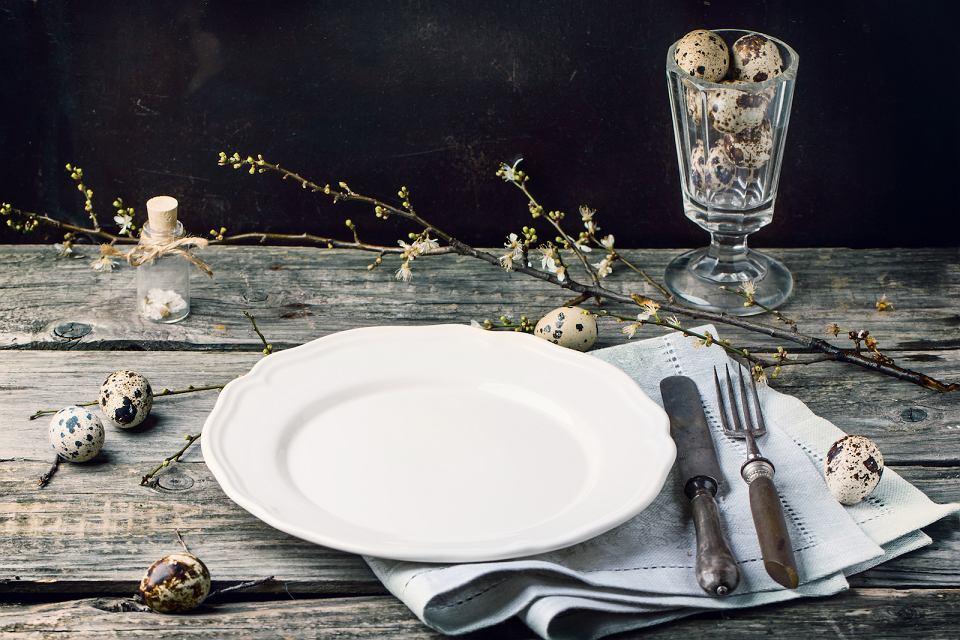 Wielkanocne dekoracje stołu wykonane z naturalnych materiałów.
