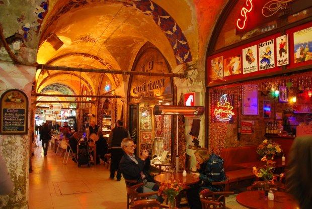 Urokliwe kafejki w Wielkim Bazarze w Stambule, fot. Ugur OKUCU / shutterstock.com
