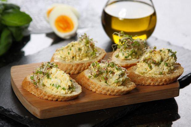 Mini kanapki z jajeczna pasta ze szczypiorkiem