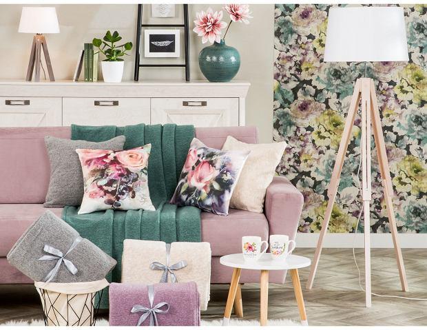 Miękka i przytulna sofa rozkładana w pastelowym odcieniu