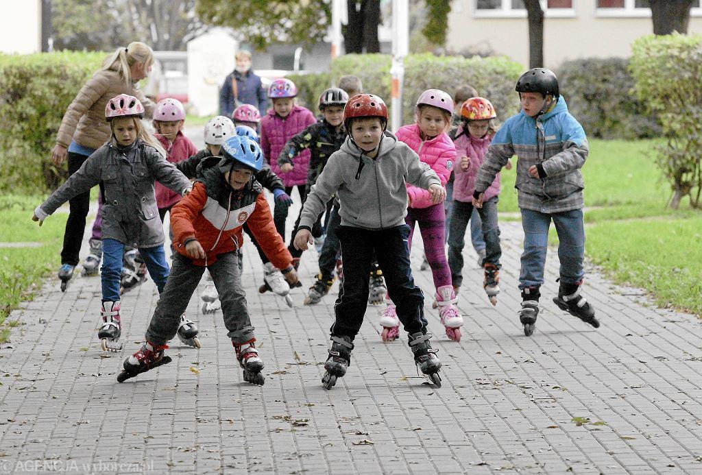 Uczniowie SP nr 271 na lekcji wychowania fizycznego jeżdżą na rolkach