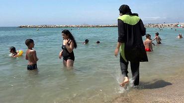20-letnia muzułmanka nosząca burkini na plaży w Marsylii