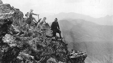 Turyści na Orlej Perci, lata 1934-1936. Zdjęcie opublikował 'Ilustrowany Kurier Codzienny', obecnie w zasobach Narodowego Archiwum Cyfrowego.