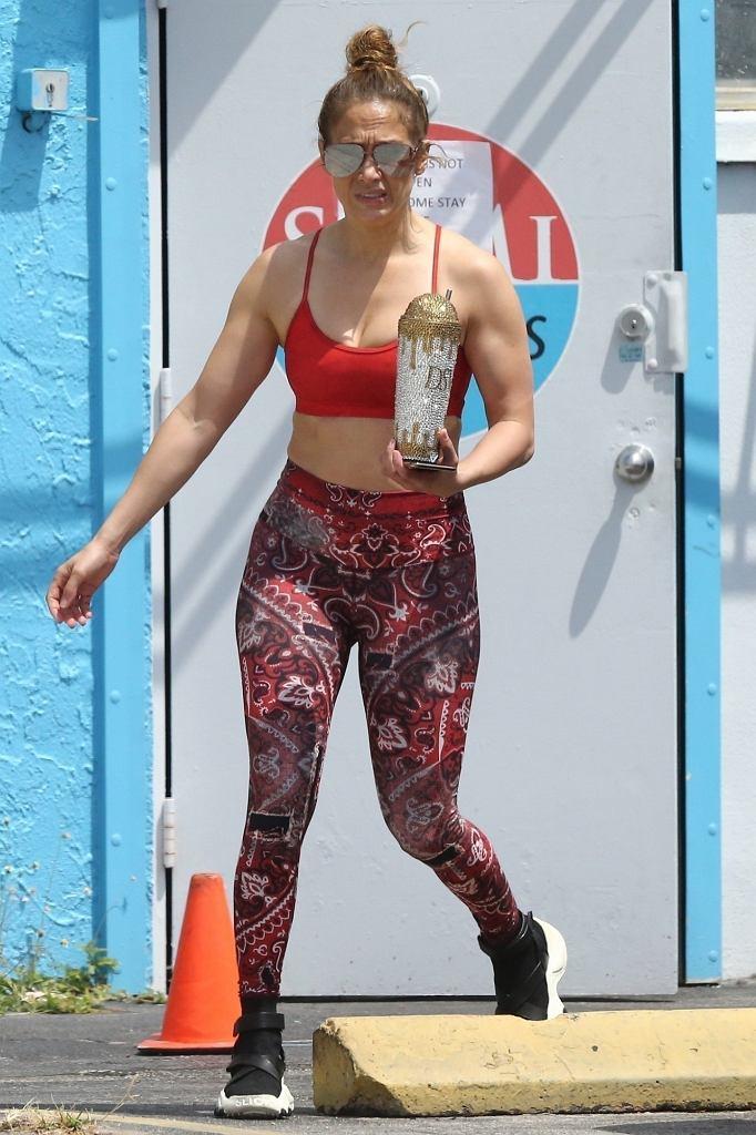 Jennifer Lopez w czerwonym topie