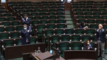 Opozycja świętuje wygrane głosowanie w Sejmie - 6 kwietnia