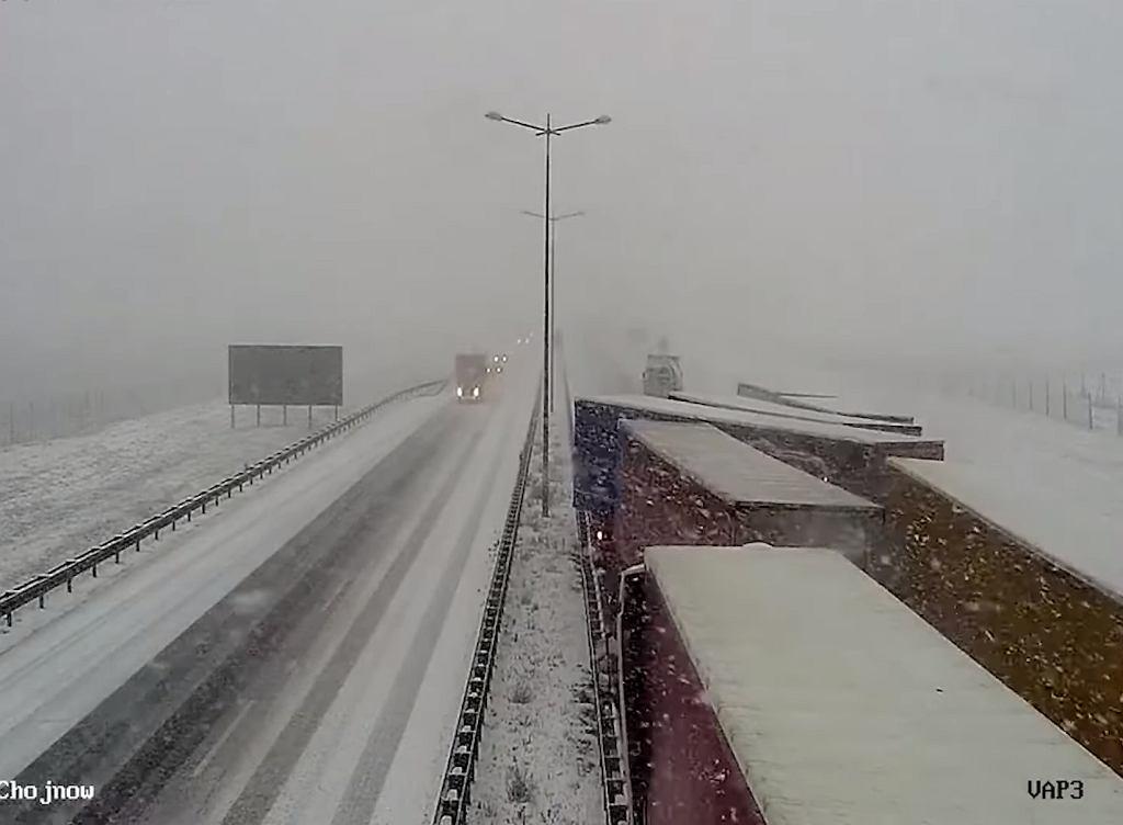 Autostrada A4. Tak doszło do karambolu dziewięciu tirów. GDDKiA publikuje 'film ku przestrodze'