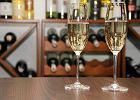 Policja przejęła ponad 9 tys. podrabianych szampanów. Nieświadomi Włosi wznosili toast tanim winem musującym