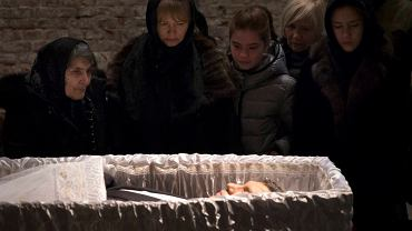 """""""Pogrzeb człowieka, który publicznie od dawna piętnował Putina za napaść na Ukrainę (...) i jasno wskazywał wszystkie toczące dziś Rosję choroby. (...) człowieka, który padł ofiarą zamachu właśnie za to, że myślał inaczej niż rosyjska imperialna władza... - napisał Roman Imielski z """"Gazety Wyborczej"""". Na zdjęciu: bliscy nad trumną zamordowanego Borisa Niemcowa, podczas uroczystości pogrzebowych nazywanych """"grażdańską panichidą"""""""