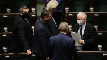 Prezes PiS Jarosław Kaczyński i jego podwładni na sali plenarnej. Nocne głosowania m.in. nad 'tarczą antykryzysową'. Warszawa, 16 kwietnia 2020