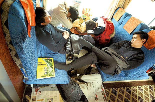 Podróż pociągiem z Pekinu do Tybetu, azja, podróże, Kogo nie stać na sypialny, śpi gdzie może - na siedzeniu, pod nim, albo po prostu na korytarzu