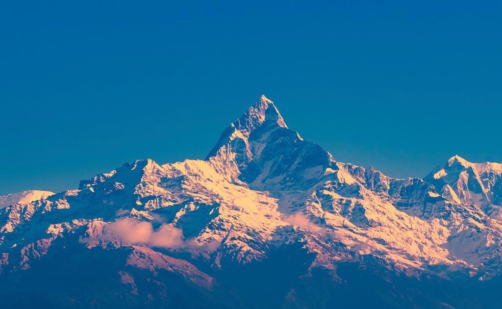 Zachód słońca nad Masywem Annapurny. Po kolei od lewej: Machchapuchchre/ Fishtail, Annapurna i Himchuli Peaks, widok od strony Sarangkot, Pokhara, Nepal.