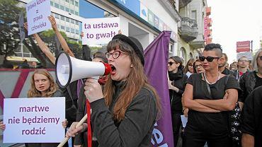 Pikieta przeciwko zaostrzeniu prawa antyaborcyjnego przed biurem PiS w Poznaniu