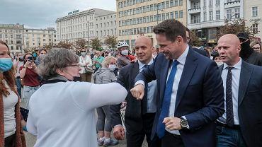 Wybory prezydenckie 2020. Rafał Trzaskowski w miejscach publicznych pojawia się z ochroniarzami. Na zdjęciu podczas spotkania z mieszkańcami Poznania