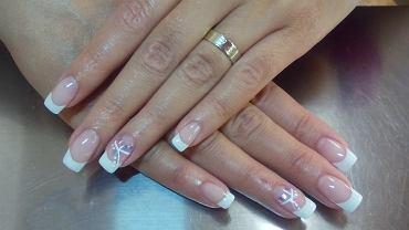 31-latka z Walii prawie straciła kciuk przez nieumiejętnie wykonany zabieg przedłużania paznokci