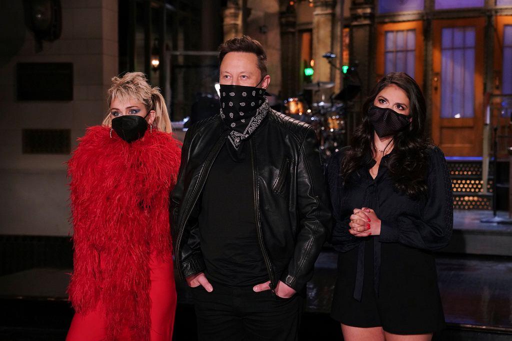 Elon Musk w 'Saturday Night Live' w towarzystwie Miley Cyrus i Cecily Strong