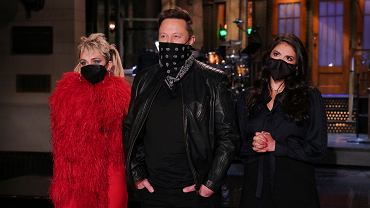 Elon Musk w 'Saturday Night Live' w towarzystwie Miley Cyrus i Cecily Strong
