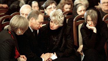 Władimir Putin i Ksenia Sobczak na pogrzebie jej ojca w 2000 roku