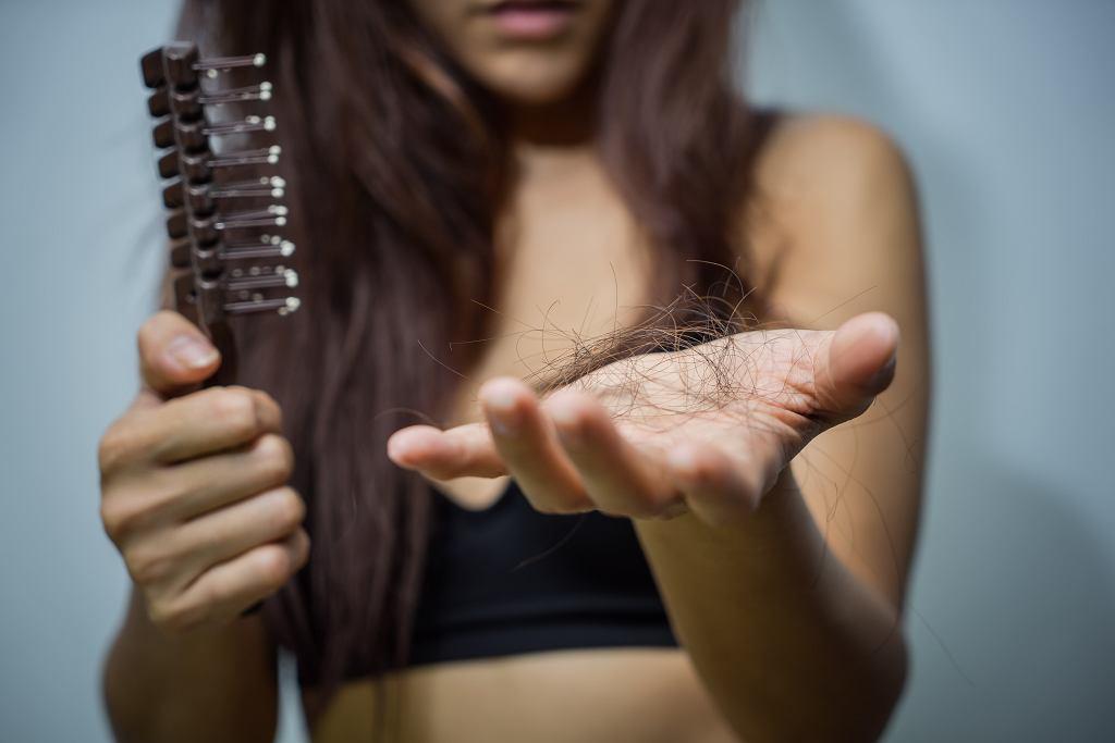Jak wspomóc organizm po przejściu infekcji wirusowej i zatrzymać wypadanie włosów? O tym musisz pamiętać (zdjęcie ilustracyjne)